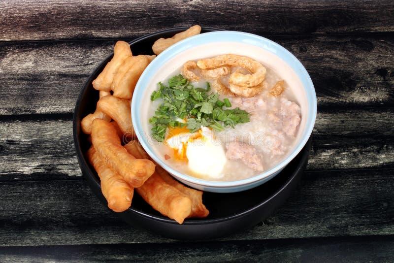 Las gachas de avena del arroz del ` s del cerdo sirvieron con el palillo frito de la pasta fotos de archivo libres de regalías