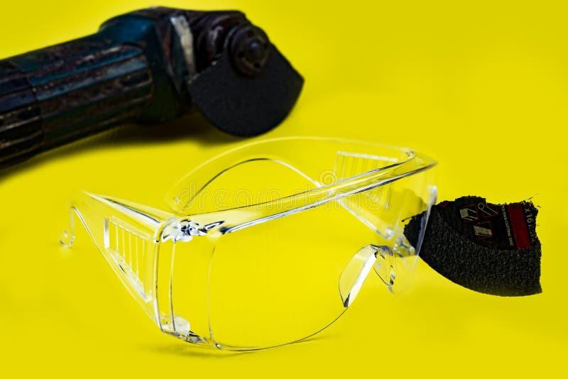 Las gafas de seguridad ahorraron esto son trabajo del rato del ojo porque enchufe en cortar los discos rotos, seguridad primero foto de archivo