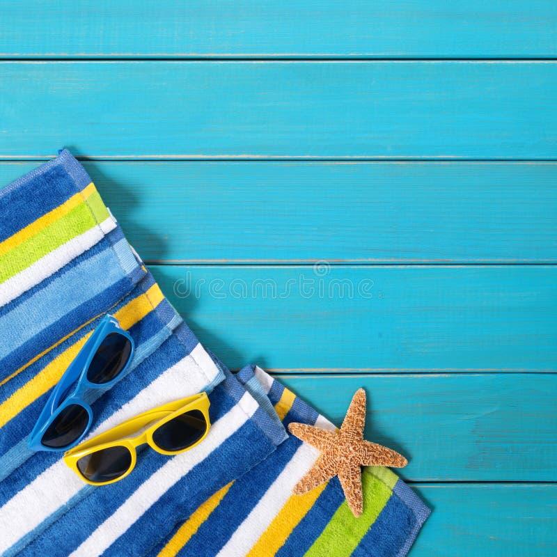 Las gafas de sol azules del decking de la frontera del fondo de la playa del verano juntan tomar el sol imagen de archivo libre de regalías