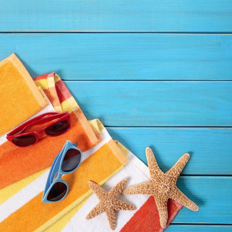 Las gafas de sol de madera azules de las estrellas de mar de la playa del fondo del verano juntan tomar el sol fotografía de archivo libre de regalías