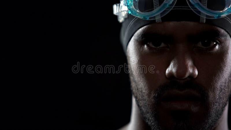 Las gafas que llevan del nadador hispánico masculino, mirando directamente en cámara, se divierten fotografía de archivo