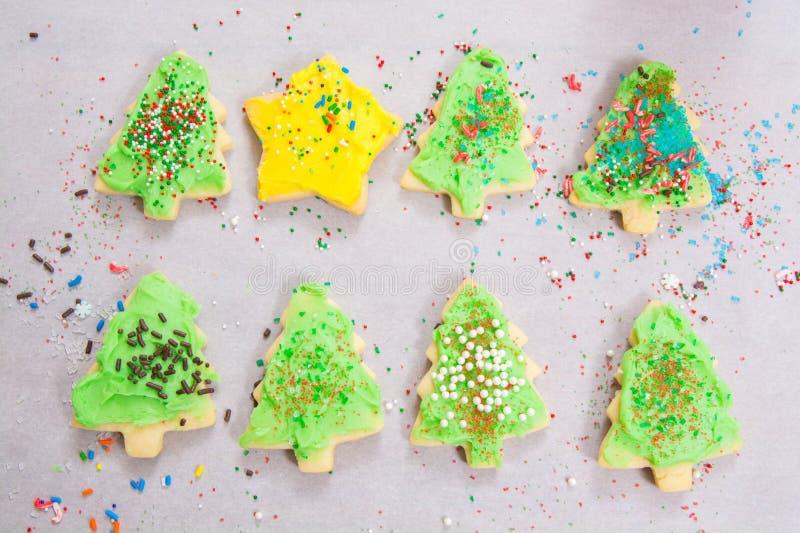 Las galletas de azúcar del día de fiesta con asperjan imagenes de archivo