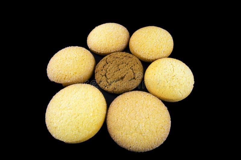 Las galletas de la harina de avena y del maíz se presentan bajo la forma de flor imagen de archivo libre de regalías