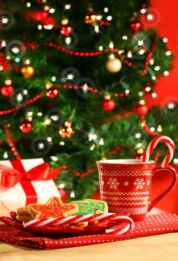 Las galletas de la Navidad acercan al árbol imágenes de archivo libres de regalías