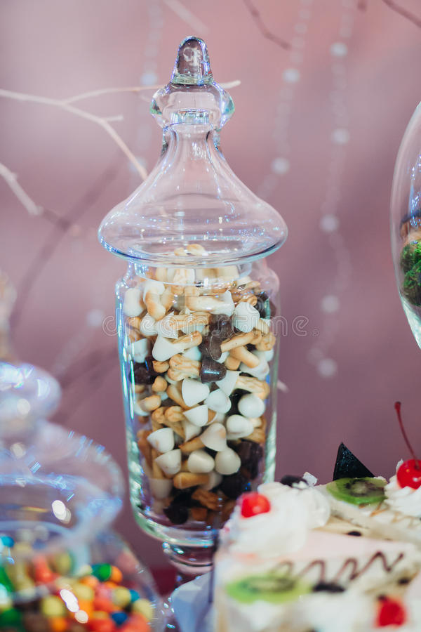 Las galletas de microprocesador de chocolate la forma proliferan rápidamente en un frasco de vidrio imágenes de archivo libres de regalías