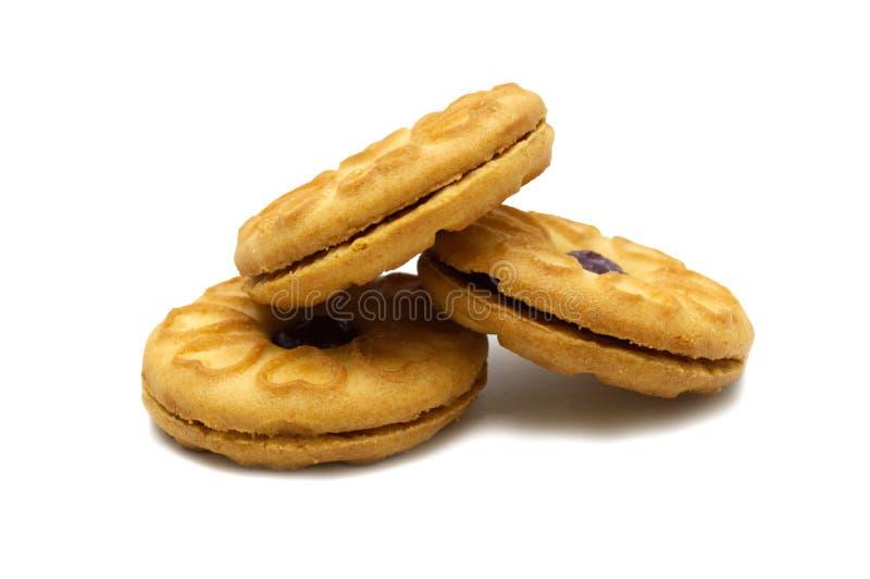Las galletas del bocadillo llenaron de un atasco y de un dulce del arándano condimentadas fotografía de archivo libre de regalías