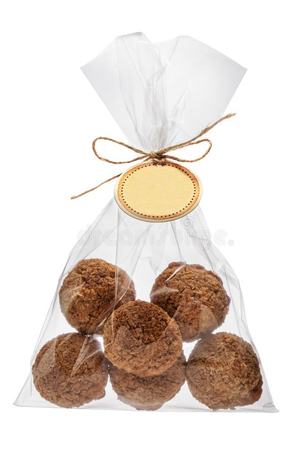 Las galletas del coco hechas en casa apoyaron recientemente en un paquete aislado encendido foto de archivo libre de regalías
