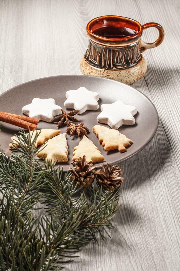 Las galletas del pan de jengibre en árbol de navidad y estrella forman en la placa fotos de archivo libres de regalías