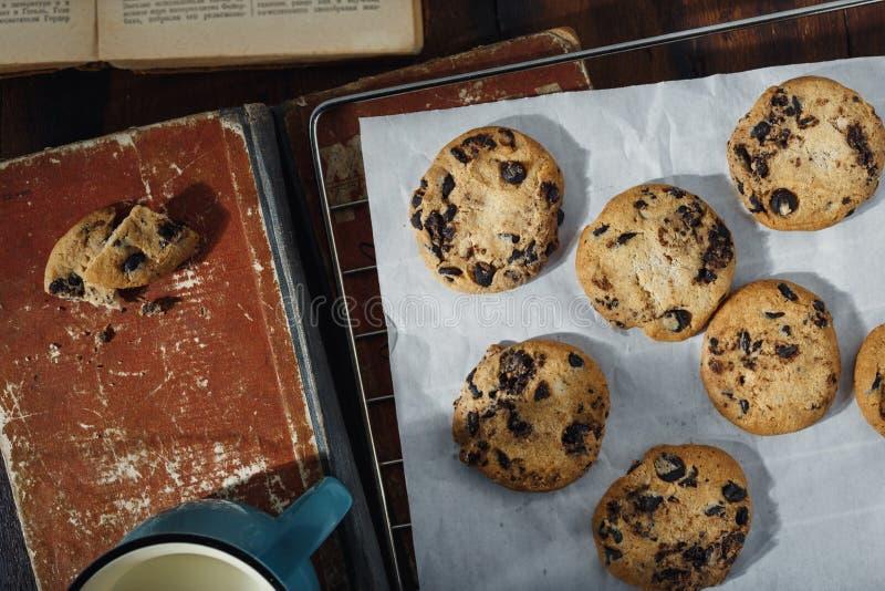 Las galletas hechas en casa del chocolate atormentan la opinión superior de los libros del vintage fotos de archivo libres de regalías