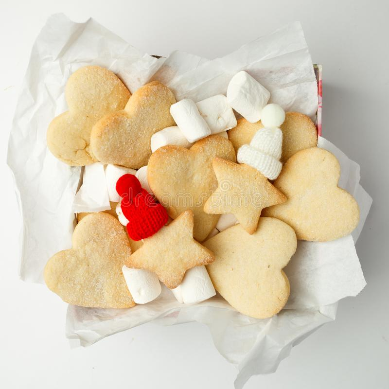 Las galletas hechas en casa del pan de jengibre de la Navidad y la decoración hecha a mano en la actual caja de regalo en el fond imagen de archivo