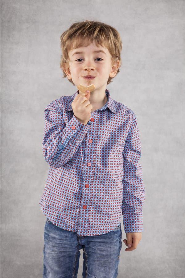 Las galletas irritables son un almuerzo perfecto para el pequeño hombre de negocios imagen de archivo libre de regalías