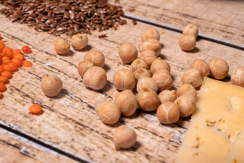 Las galletas, las lentejas y el queso son fuentes de proteínas en el veganismo y el vegetarianismo foto de archivo libre de regalías