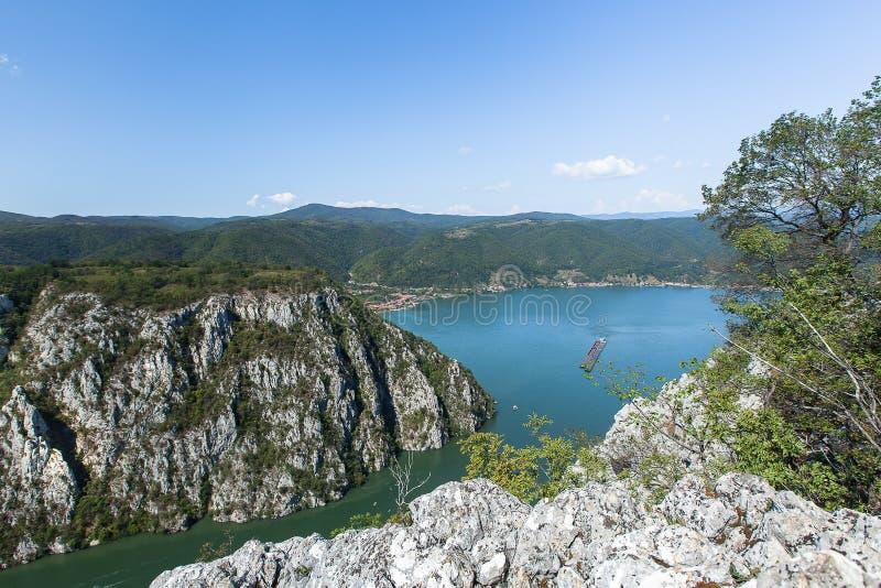 Las gargantas Veliki Kazán de Danubio visto del lado servio con una nave flotante foto de archivo libre de regalías