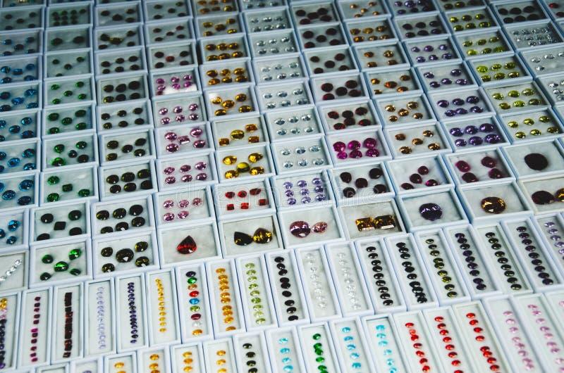 Las gemas están en un paquete alineado en las paradas de las ventas foto de archivo