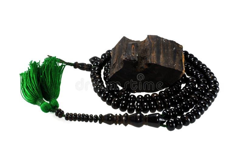 Las gotas de madera musulmanes del rosario hacen de la madera del oro aislada en blanco fotos de archivo