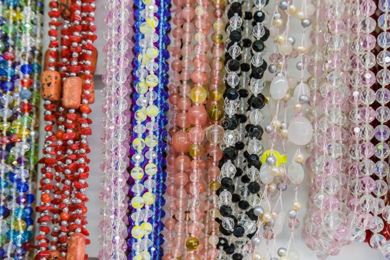 Las gotas multicoloras hermosas en collar forman, las gotas coloridas maravillosas en forma del collar como fondo, textura imagenes de archivo