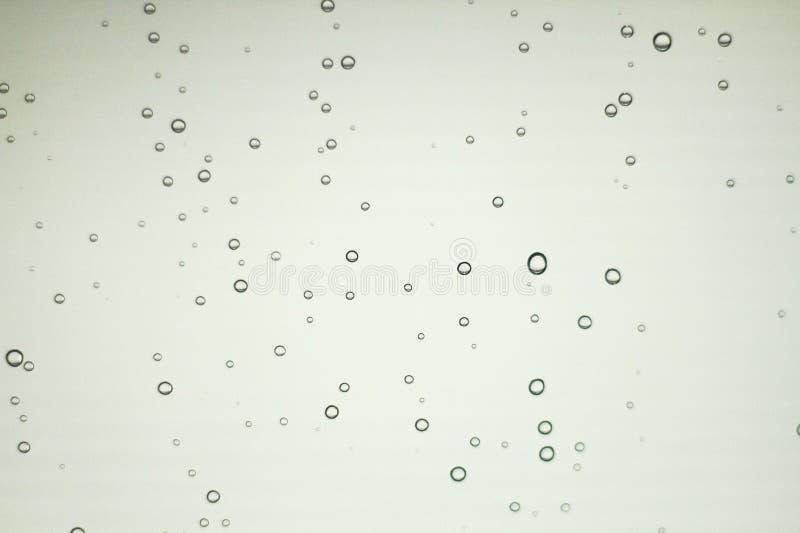 Las gotitas de agua son causadas por las gotitas de la lluvia en vidrio claro ilustración del vector
