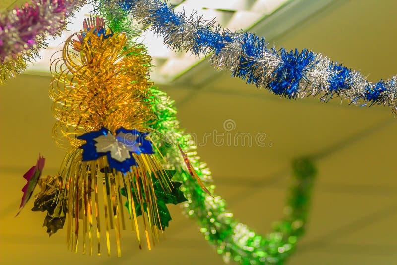 Las guirnaldas coloridas están colgando en el techo en la oficina a la decoración se preparan para el cerebration del partido de  imagen de archivo