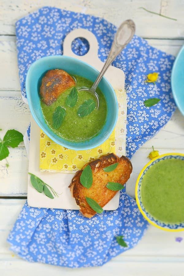 Las habas verdes y la cebolla verde baten la sopa con pan de la tostada fotos de archivo libres de regalías