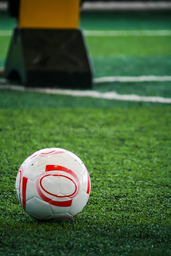 Las habilidades de la prueba del ` s del futbolista sobre fútbol en el campo de fútbol imágenes de archivo libres de regalías