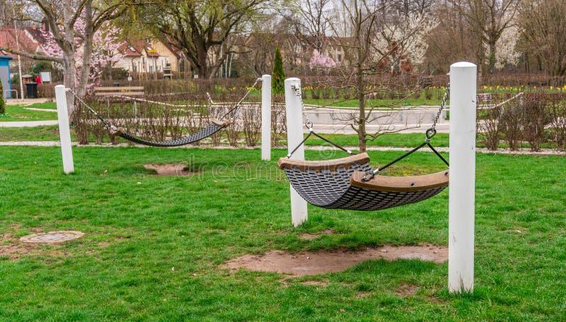 Las hamacas en jardín público, se relajan imagenes de archivo