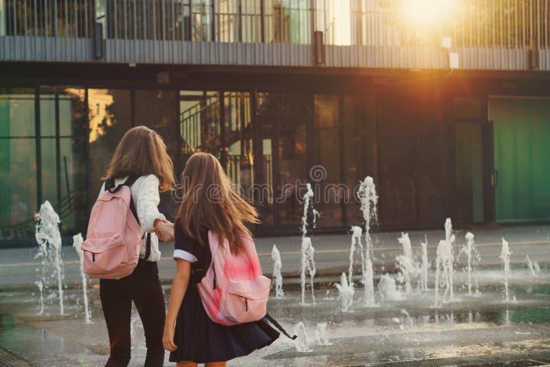 Las hermanas caminan por la fuente de la ciudad fotos de archivo