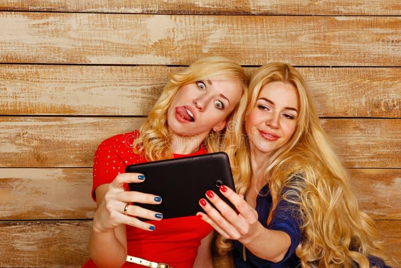 Las hermanas comunican en las redes sociales, selfie fotografía de archivo libre de regalías