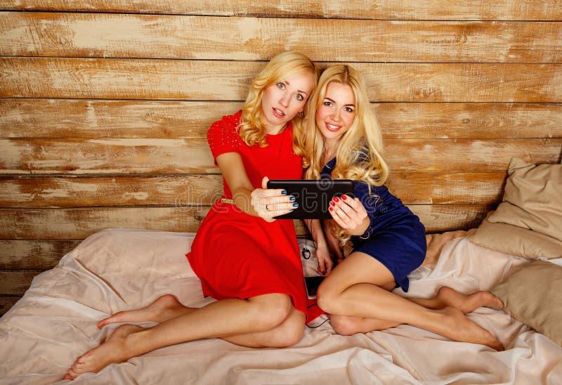 Las hermanas comunican en las redes sociales, selfie foto de archivo libre de regalías