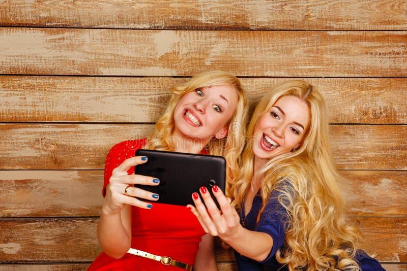Las hermanas comunican en las redes sociales, selfie fotos de archivo