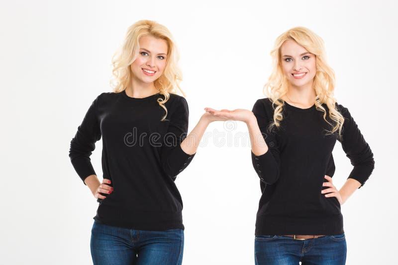 Las hermanas felices hermanan llevar a cabo el copyspace en las palmas fotografía de archivo