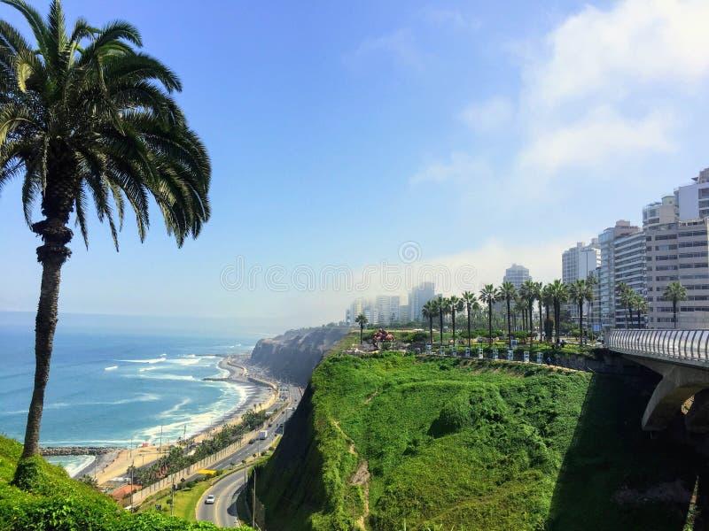 Las hermosas vistas de Lima, Perú, mirando hacia fuera en Oc pacífico fotografía de archivo