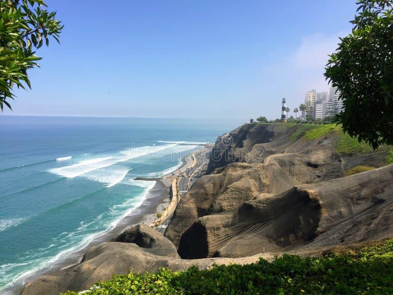 Las hermosas vistas de Lima, Perú, mirando hacia fuera en Oc pacífico foto de archivo libre de regalías