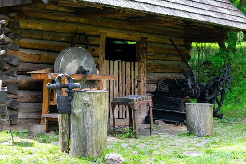Las herramientas del herrero en una fragua vieja fotografía de archivo libre de regalías