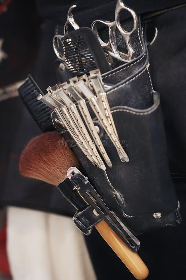 Las herramientas del peluquero que están en los bolsos de cuero del viejo estilo imágenes de archivo libres de regalías
