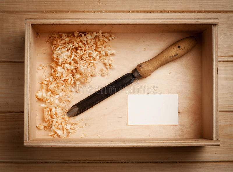 Las herramientas del viejo carpintero para trabajar con madera fotografía de archivo