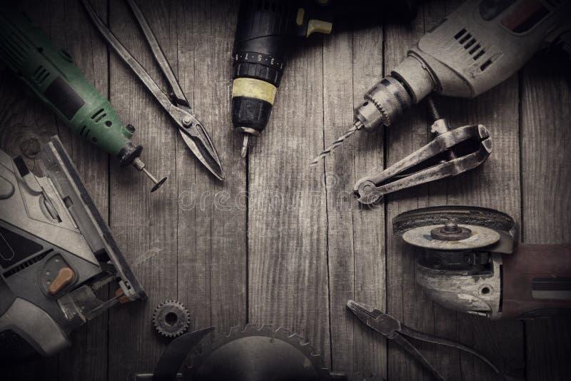 Las herramientas eléctricas de la mano (el taladro del destornillador consideró la ensambladora del rompecabezas) rematan v fotografía de archivo