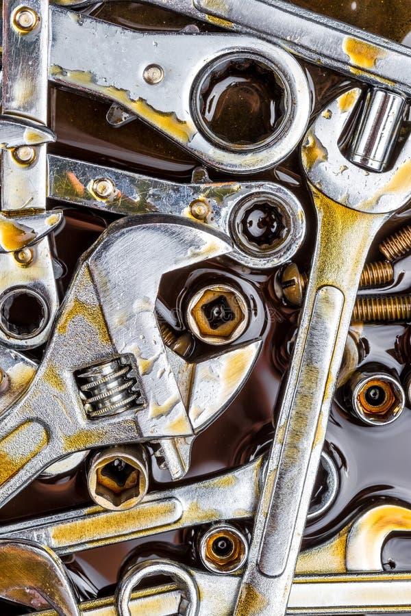 Las herramientas (llaves y pernos) con la grasa manchan foto de archivo libre de regalías