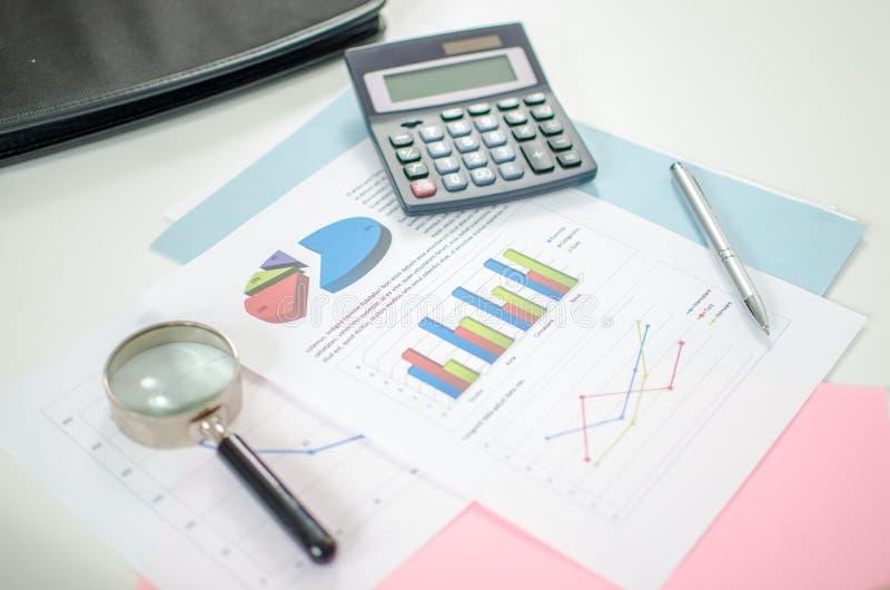 Las herramientas para analizan gráficos financieros imágenes de archivo libres de regalías
