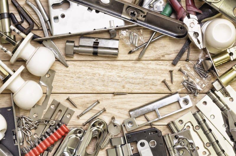 Las herramientas y la cerradura de mortaja arreglaron en un marco fotografía de archivo libre de regalías