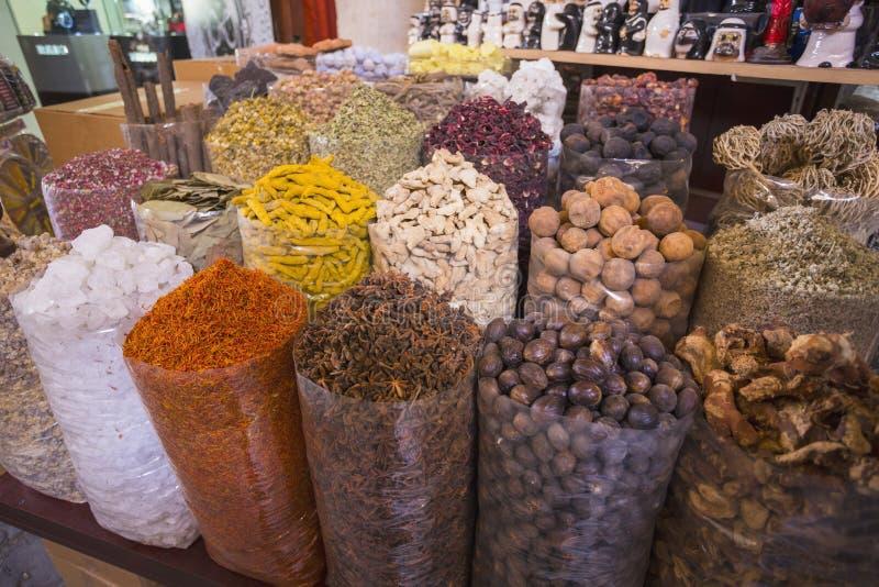Las hierbas secadas florecen las especias en el souq de la especia en Deira foto de archivo