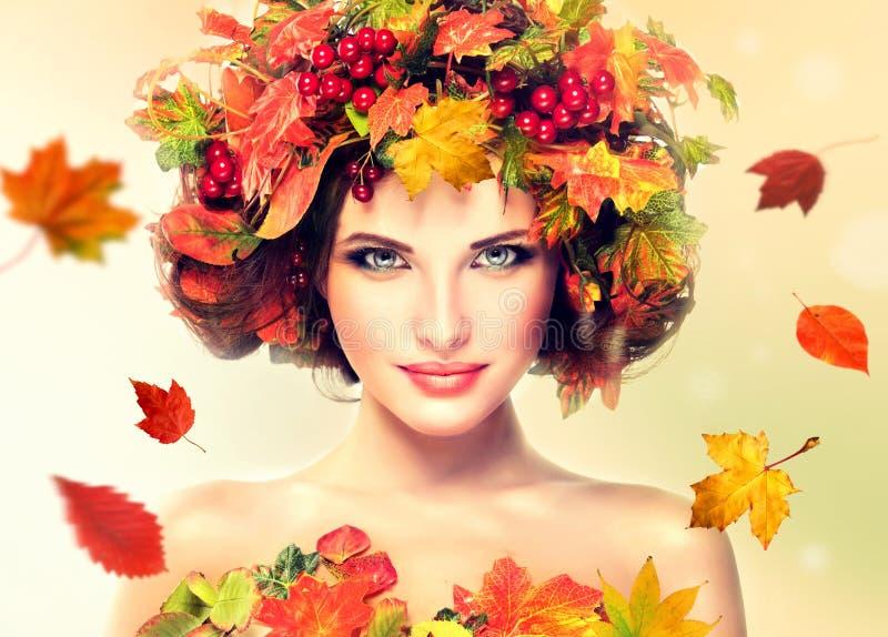 Las hojas de otoño rojas y amarillas en muchacha dirigen imagenes de archivo