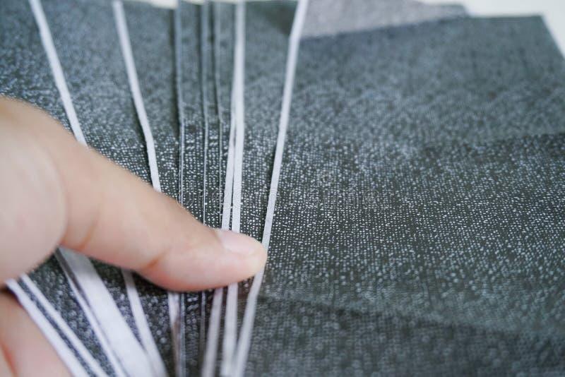 Las hojas de paga del carbono en el fondo blanco foto de archivo