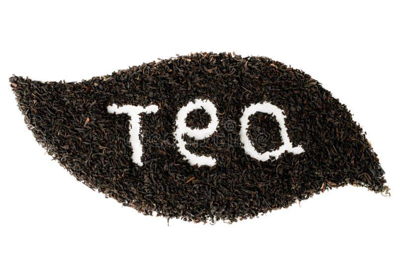 Las hojas de té negras alinearon con forma de hoja en el fondo blanco aislado imagen de archivo