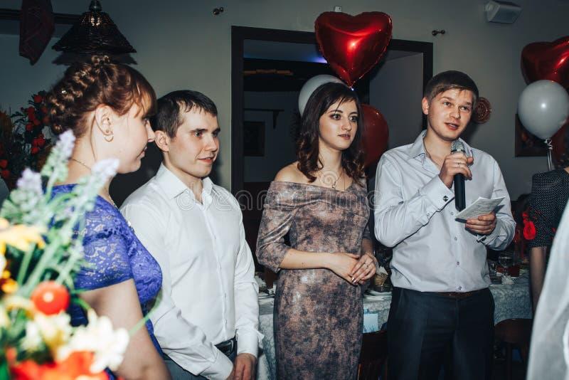 Las huéspedes participan en los juegos organizados durante el banquete de la boda imagen de archivo libre de regalías