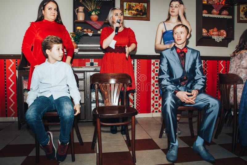 Las huéspedes participan en los juegos organizados durante el banquete de la boda fotografía de archivo