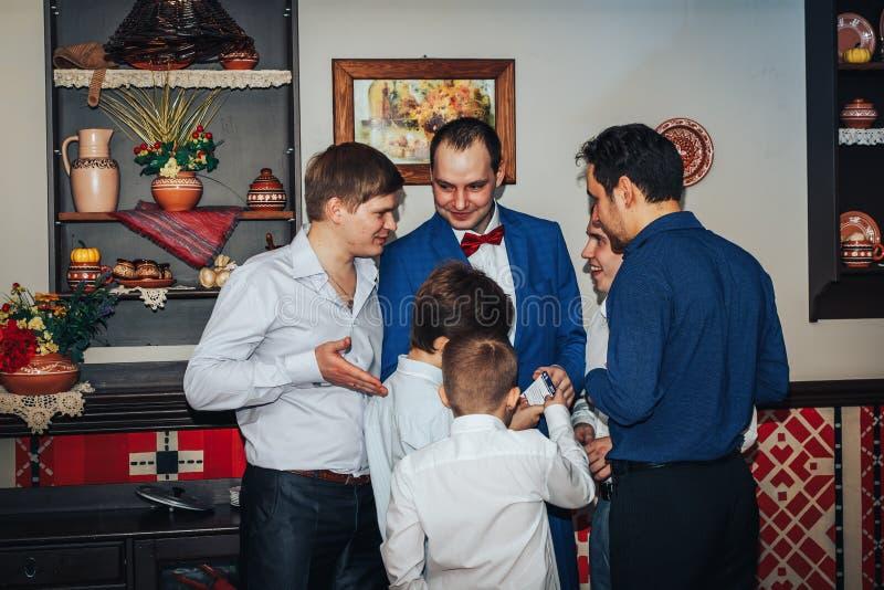 Las huéspedes participan en los juegos organizados durante el banquete de la boda imágenes de archivo libres de regalías