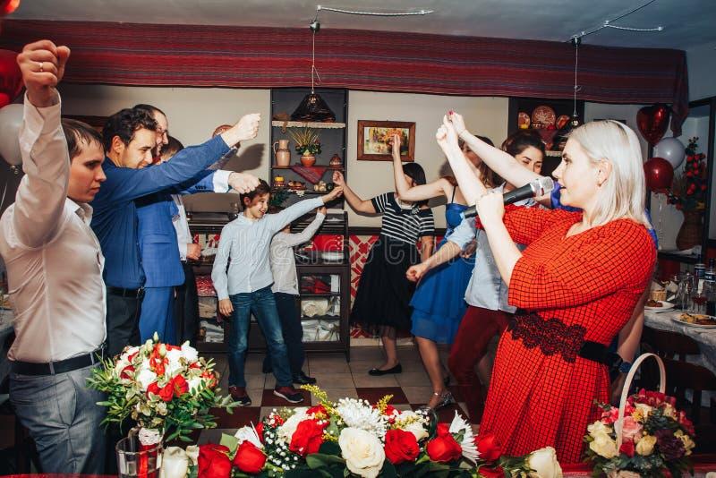 Las huéspedes participan en los juegos organizados durante el banquete de la boda foto de archivo
