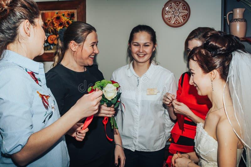 Las huéspedes participan en los juegos organizados durante el banquete de la boda foto de archivo libre de regalías