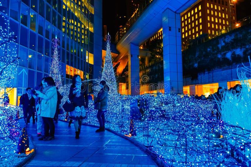 Las iluminaciones se encienden para arriba en la alameda de compras del Caretta en el distrito de Shiodome, Odaiba, Japón fotos de archivo libres de regalías