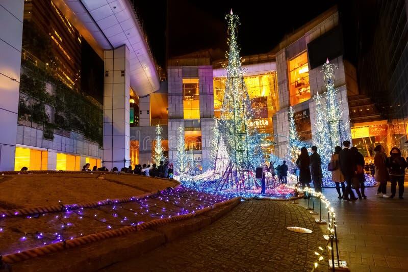 Las iluminaciones se encienden para arriba en la alameda de compras del Caretta en el distrito de Shiodome, Odaiba, Japón foto de archivo libre de regalías
